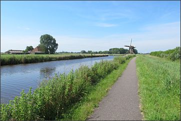 fietsen langs water in Friesland