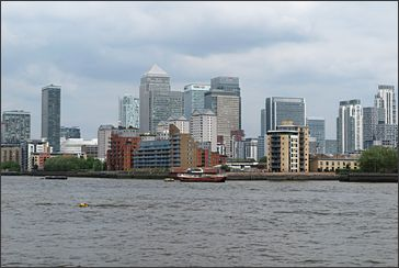 skyline van de London Docklands met Canary Wharf Tower